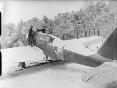 British Expeditionary Force (bef) in France The Royal Air Force in France 1939 - A mechanic at work on a snow covered Fairey Battle fighter bomber during the winter of 1939 - Air Force Aircraft, Ww2 Aircraft, Battle Of Britain, Royal Air Force, Historical Pictures, World War Ii, Wwii, Aviation, Snow