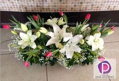 arreglo para mesa de novios lilies blancas y tulipanes rojos