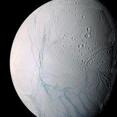 """""""Mi piace"""": 18, commenti: 1 - RaiNews official (@rainewsofficial) su Instagram: """"Una delle lune più affascinanti e misteriose di Saturno, #Encelado, potrebbe avere un ambiente…"""""""