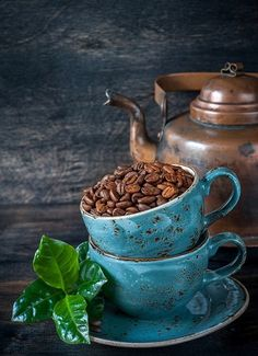 Roasted coffee beans with green leaves in cups and vintage pot Coffee Cup Art, Coffee Set, Coffee Cafe, Coffee Break, Coffee Drinks, Morning Coffee, Coffee Mugs, Breakfast Photography, Coffee Photography