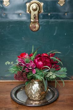Add a little seasonal cheer with these beautiful Christmas flower arranging ideas. Christmas Flower Arrangements, Christmas Flowers, Beautiful Flower Arrangements, Christmas Centerpieces, Pink Christmas, Floral Centerpieces, Christmas Tablescapes, Floral Arrangements, Beautiful Flowers
