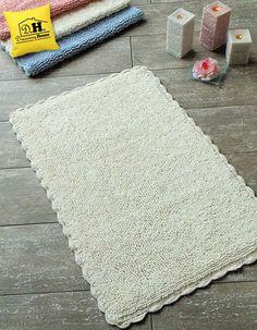 Tappeto bagno rettangolare con delicato bordo crochet in colore bianco