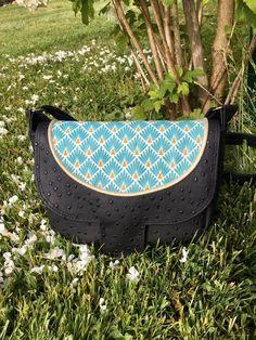 Sac Menuet en simili noir et motifs bleus cousu par Emmanuelle - Patron Sacôtin