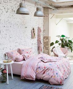 PIP Studio Dekbedovertrek Hummingbirds Lila  Breng een vrouwelijke touch in je slaapkamer met dit lieflijke dekbedovertrek van Pip Studio. Veldbloemetjes komen prachtig uit op de lila achtergrond. Wanneer je het dekbed openslaat vind je een schattige waaiertjesdessin. De stof is gemaakt van percal. Dit zorgt voor een zachte, sterke en ademende stof.    #pip studio # slaapkamer #dekbed #dekbedovertrek