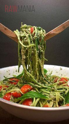 Spaghetti with Pesto and Cherry Tomatoes - 12 Super Vegetable Spaghetti. - Food -Zucchini Spaghetti with Pesto and Cherry Tomatoes - 12 Super Vegetable Spaghetti. Eating Raw, Clean Eating, Healthy Eating, Healthy Food, Healthy Zucchini, Raw Vegan Recipes, Vegetarian Recipes, Raw Vegan Meal Plan, Raw Vegan Dinners