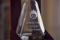 Originální dárková láhev na alkohol ve dřevěném stojánku - 18 / DÁREK K OSMNÁCTINÁM