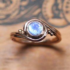 Este etéreo anillo de oro rosa con piedra de luna: | 43 Deslumbrantes anillos de compromiso de oro rosa que te dejarán sin aliento