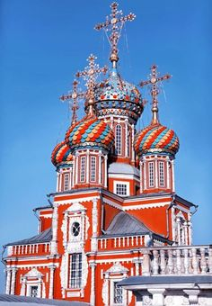 Russia Travel Inspiration - Stroganov Church in Nizhny Novgorod, Yeah, it looks like St.Basil's Cathedral in Red Square, we know that. medieval architechture has pretty much a fairytale atmoshere. Russian Architecture, Church Architecture, Religious Architecture, Beautiful Architecture, Beautiful Buildings, Cathedral Church, Church Building, Chapelle, Place Of Worship