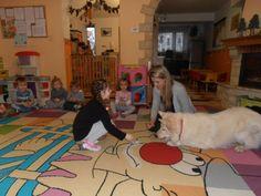Dogoterapia w niepublicznym przedszkolu Kangurek w Białymstoku - więcej na http://www.kangurek-klub.pl/galeria/dogoterapia/dogoterapia/zajcia-3