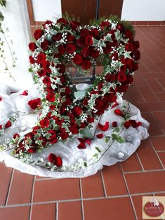 geschwungenes Herz open sweeping heart with red roses, ivy vines and gypsophila. Funeral Tributes, Advent Wreath, Harry Styles Wallpaper, Romantic Flowers, Funeral Flowers, Pin Collection, Flower Arrangements, Garland, Christmas Wreaths