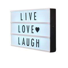 Lightbox A4 Cinematic Noir - Une lightbox moderne qui éclaire tous vos messages personnalisés : voici un objet de décoration hybride, entre l'affiche et le luminaire ! Grâce à ses lettres fournies avec et sa technologie LED, composez des mots tendres et attentionnés pour décorer une chambre d'enfants, un bureau ou même le salon : la lightbox se pose sur un meuble ou s'accroche au mur, et fonctionne sans fil !