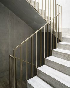 Inspiring concepts that we enjoy! Modern Stair Railing, Staircase Handrail, Stair Railing Design, Modern Stairs, Balcony Grill, Balcony Railing, Stairs Architecture, Architecture Details, Stair Detail