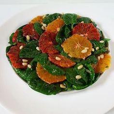Mai ales în zilele acestea reci și închise de iarnă simt to mai mult nevoia de salate proaspete și cu multă culoare. Întâmplarea face să am parte de 2 achiziții foarte dragi mie: spanac proaspăt și portocale roșii. De aici și până la această Salată de spanac cu portocale roșii n-au mai fost decât 10 minute! Caprese Salad, Grapefruit, Watermelon, Easter Ideas, Mai, Food, Salads, Essen, Meals