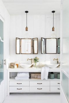 00461946. Baño con madera blanca y espejos, griferías y lámparas en dorado envejecido 00461946
