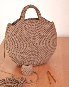 Crochet or crochet round woven bag.-Bolsa tejida en redondo en ganchillo o crochet. Crochet or crochet round woven bag. Crochet Handbags, Crochet Purses, Crochet Bags, Purse Patterns, Crochet Patterns, Knitting Patterns, Diy Sac, Crochet Diy, Crochet Ideas