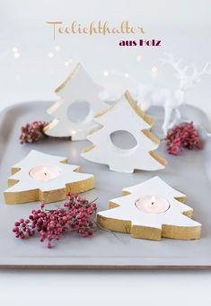 DIY: Weihnachtliche Teelichhalter aus Holz basteln Christmas Decorations, Christmas Ornaments, Holiday Decor, Christmas Tea, Diy Blog, Dremel, Pot Holders, Gingerbread, Tea Pots
