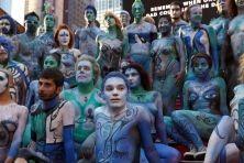 Il corpo nudo come la tela di un pittore. Anzi, più di cinquanta di donne e uomini nudi dipinti da una quarantina di artisti del corpo che si sono dati appuntamento a New York sabato e hanno girato per le strade della città come fossero una mostra itinerante. Utilizzando dozzine di diverse tonalità di azzurro e di blù gli artisti - provenienti da tutti gli Stati Uniti - hanno realizzato bellissime, complesse ed estrose figure geometriche o figure umane stilizzate, dipingendo su seni e ...