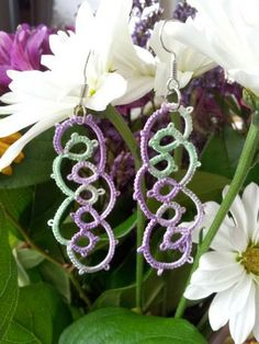 http://oclairedelune.wordpress.com/2013/10/23/boucles-doreilles-faux-entrelacs-interlaced-effect-earrings/ Pattern: Classic tatting patterns, Anne Orr. From Claire-de-lune from InTatters.