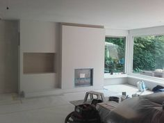 Barneveld - Een bestaande haard gesloopt en een nieuwe gashaard ingebouwd, een boezem gemaakt met een TV nis. Geheel afgewerkt met Frescolori spatulata in samenwerking met Wieberdink Stukadoors | #sfeerhuysbudding #wieberdinkstukadoors #inbouwhaard #schouw #frescolori