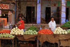 Greengrocers in Sardar Bazaar Jodhpur (India) | Marchands de légumes au Sardar Bazar de Jodhpur (Inde) | Frutería en bazar Sardar Jodhpur (India)