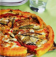 Ingrédients:  – Pâte feuilletée  – 1 poivron rouge  – 1 poivron jaune  – 1 aubergine  – 1 courgette  – 200 ml de crème liquide  – 2 œuf...