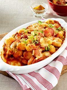 Berliner Currywurst meets italienische Gnocchi: Dieser Auflauf ist genau das Richtige nach einem anstregenden Montag im Büro.