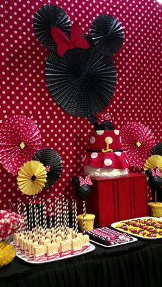 A cute set-up for a Minnie Mouse birthday party. Decoration Minnie, Minnie Mouse Party Decorations, Minnie Mouse Theme Party, Minnie Mouse First Birthday, Red Minnie Mouse, Mickey Mouse Parties, Mickey Party, Mickey Mouse Birthday, Birthday Decorations