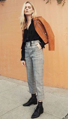 Street style look com calça social, camisa preta, jaqueta caramelo e oxford.
