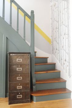 hallway decorating 535154368220010772 - Une cage d'escalier graphique Source by liseaim Painted Staircases, Painted Stairs, Wallpaper Stairs, Modern Wallpaper, Staircase Makeover, Hallway Designs, House Siding, House Stairs, Staircase Design
