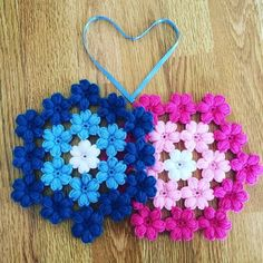 This Pin was discovered by AytPhotopin - Find the perfect Photo Pin stock photos Love Crochet, Crochet Baby, Knit Crochet, Loom Flowers, Crochet Flowers, Loom Knitting, Knitting Patterns, Crochet Patterns, Woolen Craft