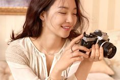 Shin Min Ah lặng lẽ quyên góp từ thiện suốt 8 năm qua Beautiful Moments, Most Beautiful, Shin Min Ah, Girls With Cameras, Antique Cameras, Female Photographers, Photo Wallpaper, Love Her, Sexy Women