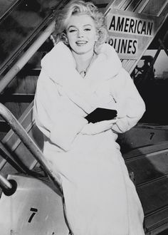 """lauralftn: """" Rare photograph of Marilyn Monroe at Idlewild Airport, November 1958 after the filming of Some Like It Hot. Marylin Monroe, Marilyn Monroe Photos, Hollywood Glamour, Classic Hollywood, Old Hollywood, Brigitte Bardot, Viejo Hollywood, Cinema Tv, Norma Jeane"""