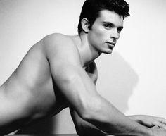 Ex-Superman Tom Welling posa sem camiseta em ensaio sensual para livro