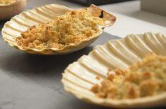 Capesante gratinate con crumble alle mandorle e vaniglia