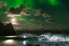 Mick Fanning surfs Norway underneath the Aurora Borealis Fanning traveled to Lofoten, in the Arctic Circle, and rode magical waves with the Northern Lights dancing across the sky. Lofoten, Murcia, Northern Lights Norway, Northen Lights, Professional Surfers, Surreal Photos, Surf City, Arctic Circle, Sunrise