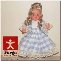 Κούκλα Furga από την δεκαετία του 1970's σε ρομαντικό στυλ.  Είναι σε άριστη κατάσταση με ελάχιστη χρήση, και μόνο απαλή φυσιολογική φθορά από τον χρόνο.  Με πλούσια ρούχα. Όλα τα μέρη κινούνται, τα μάτια ανοιγοκλείνουν. Έχει ύψος 39εκ.