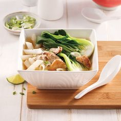 Soupe chinoise au poulet et bok choys - 5 ingredients 15 minutes Chinese Chicken, Chicken Strips, Mets, Asian Recipes, Easy Meals, Lunch, Cooking, Discovery, Magazines