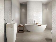 idée carrelage salle de bain collection Lumina baignoire blanche design table basse bois