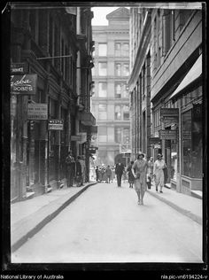 Rowe St,a narrow street between Castlereagh and Pitt Streets,Sydney in Australian Hotel can be seen in the photo. Australian Continent, Largest Countries, Small Island, Historical Pictures, Tasmania, Continents, East Coast, Old Photos, Sydney
