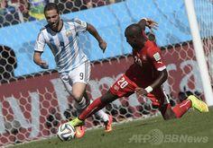サッカーW杯ブラジル大会(2014 World Cup)決勝トーナメント1回戦、アルゼンチン対スイス。スイスのヨハン・ジュールー(Johan Djouru)のスライディングタックルを受けるアルゼンチンのゴンサロ・イグアイン(Gonzalo Higuain、2014年7月1日撮影)。(c)AFP/JUAN MABROMATA ▼2Jul2014AFP|アルゼンチン、ディ・マリアの決勝点でスイスを破り8強 http://www.afpbb.com/articles/-/3019374 #Brazil2014 #Argentina_Switzerland_round_of_16