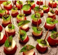 Resultado de imagem para salada caprese no palito Salada Caprese, Caramel Apples, Sushi, Ethnic Recipes, Desserts, Food, Salads, Gourmet, Recipes