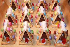 Heerlijk zoete traktatie dit koekhuisje! Mini S, Toddler Activities, Birthday Candles, Gingerbread, Snacks, Cookies, Desserts, Christmas, Recipes
