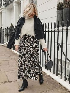 This midi skirt from New Look is literally all over our. Informations About This midi skir Midi Rock Outfit, Midi Skirt Outfit, Winter Skirt Outfit, Midi Skirts, Winter Midi Skirt, Jean Skirts, Denim Skirts, Long Skirts, Winter Mode Outfits