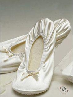 Ballerine con sacchetto organza. Morbide, comode e hanno un pregiato sacchetto in organza. Sono l'ideale anche per le vostre invitate che, grazie a voi, potranno comodamente ballare o sostare sul bel prato della vostra location senza rinunciare alla loro eleganza. Le scarpette sono disponibili in due misure da 23 cm e da 26.5 cm.  In #promozione #matrimonio #weddingday #ballerine #sconti #offerta #scarpe #wedding #justmarried #ballerinashoes #zapatosdelabailarina #ballerinaschuhe