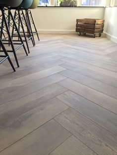 De manier van leggen... Herringbone Wood Floor, Wood Look Tile, Lounge Design, Floor Design, Wooden Flooring, Kitchen Flooring, Parquet Tiles, Hardwood Floor Colors, Moraira