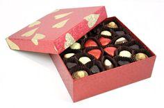Sade ve şık, gelin gibi süslenmiş kutusu, renkli kalplerden oluşan spesiyal çikolataları ile sevdiğiniz kişinin kalbini fethetmenin en tatlı yolu  çikolata sepeti, çikolatasepeti, chocolate, özel çikolata,ganaj,turuf, karamel, krokant, krenç, nuga,  mild