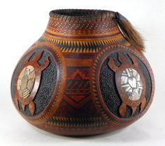 Gourd Art by Judy Richie with some styles from Native American Designs. carving,pyrography, painting, staining, and coiling and Transtint dyes Decorative Gourds, Hand Painted Gourds, Native American Design, Native American Pottery, Southwest Art, Southwest Pottery, Creation Deco, Gourd Art, Native Art