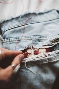 DIY save your old jeans Diy Ripped Jeans, Patched Jeans, Old Jeans, Denim Jeans, Visible Mending, Diy Clothing, Sewing Hacks, Sewing Tips, Refashion