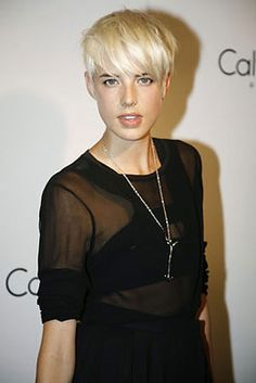 Agyness Deyn - so beautiful and striking. Asymmetrical Hairstyles, Pixie Hairstyles, Pixie Haircut, Short Hairstyles For Women, Cool Hairstyles, Chic Short Hair, Short Blonde, Short Hair Cuts, Blonde Pixie Cuts