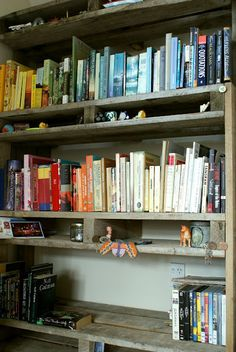 bookshelves from pallets - MUST DO - need to line all the walls in my BR with bookcases, pretty quickly, with no money
